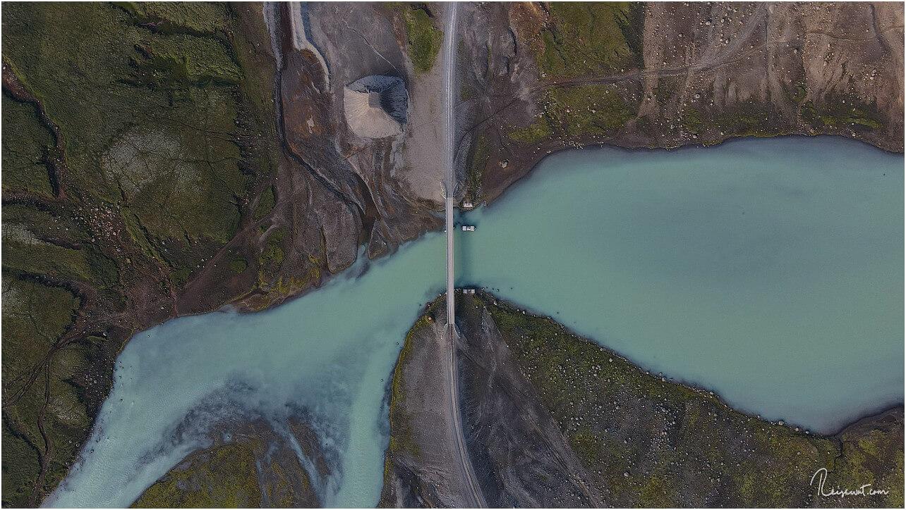 Die Brücke am Ablauf des Hvítárvatn auf der Kjölur von oben