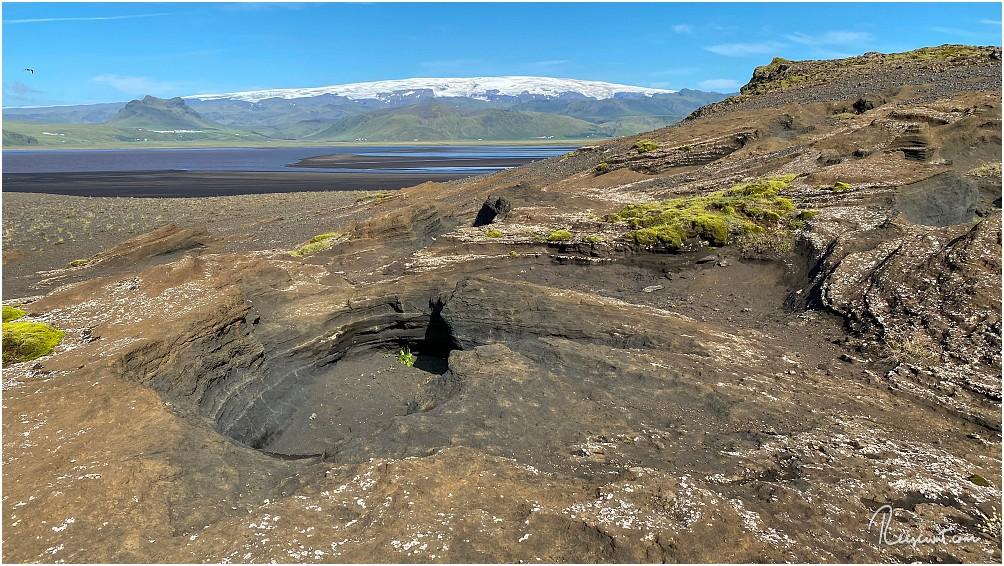 Blick über die Lagune Dyrholaos in Richtung des mächtigen Eyjafjallajökull