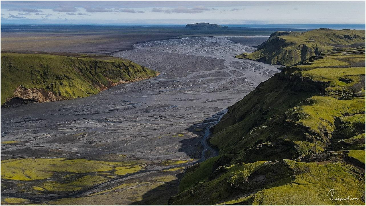 Auch von hier aus erkennt man unten inmitten der Sandurfläche wieder Hjörleifshöfdi, wo wir vorhin noch gewesen sind