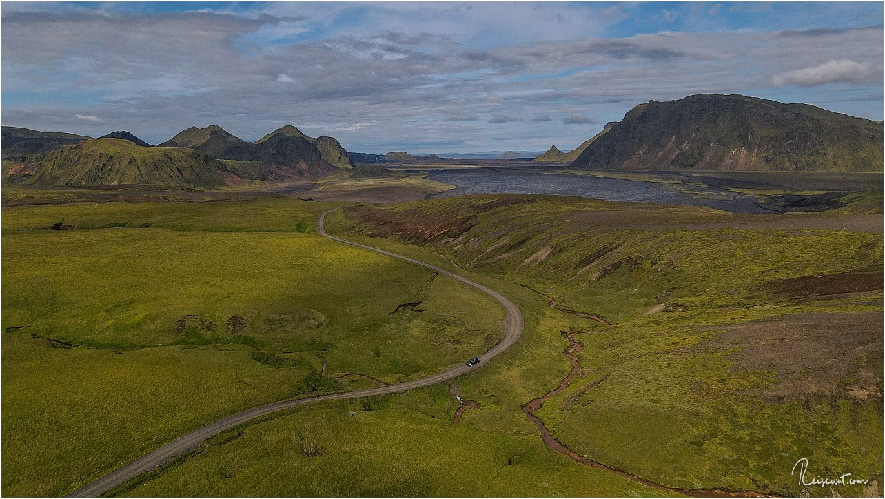 Die unbefestigte Zufahrtsstraße ist knapp 13 km lang und windet sich traumhaft schön durch die Landschaft