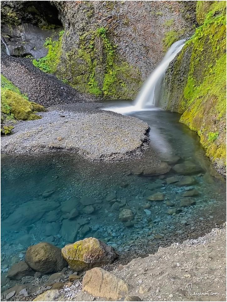 Der kleine Wasserfall markiert das Ende des kurzen Trails