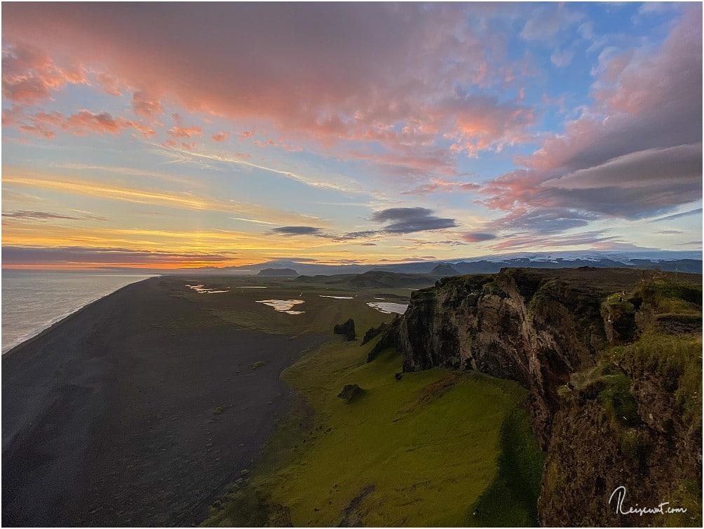 Ein Sonnenuntergang wie im Bilderbuch am Kap Dyrholaey in Island