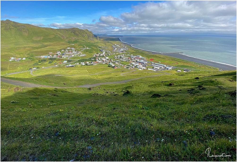 Auf dem Weg nach oben blickt man runter aufs idyllisch gelegene Vik i Myrdal