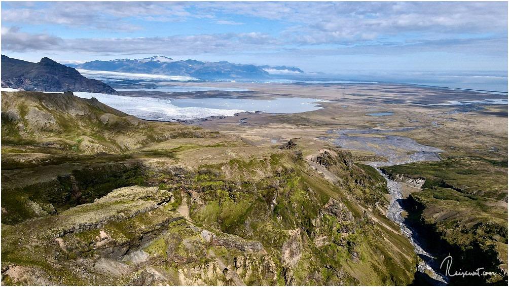 Einer der fantastischsten Aussichtspunkte im Süden der Insel, im Hintergrund Fjällsárlón und Jökulsárlón