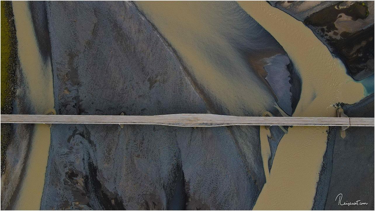 Eine Brücke der Ringstraße mitten durch eine Sanderebene