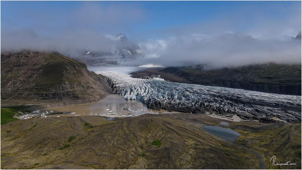 Selbst in 110 Metern Höhe kommt man hier und heute noch nicht über die Wolken beim Svínafellsjökull