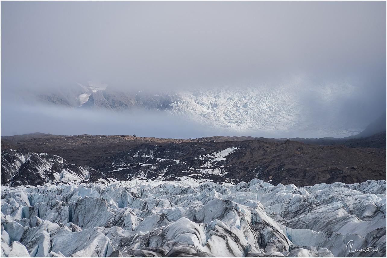 Vereinzelt blitzt der gewaltige Svinafellsjökull durch die Wolkenfront
