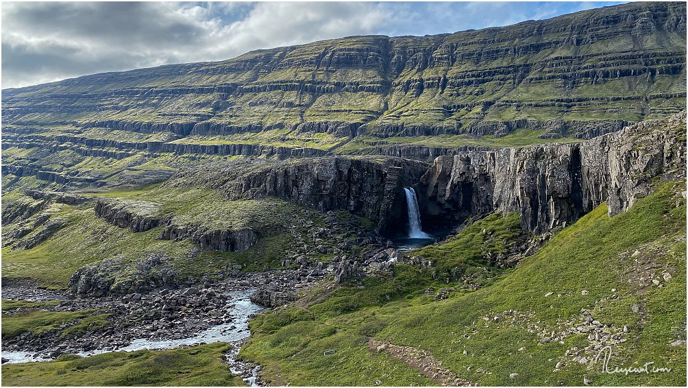 Traumhaft schön fällt der Folaldafoss am Öxi-Pass in die Tiefe