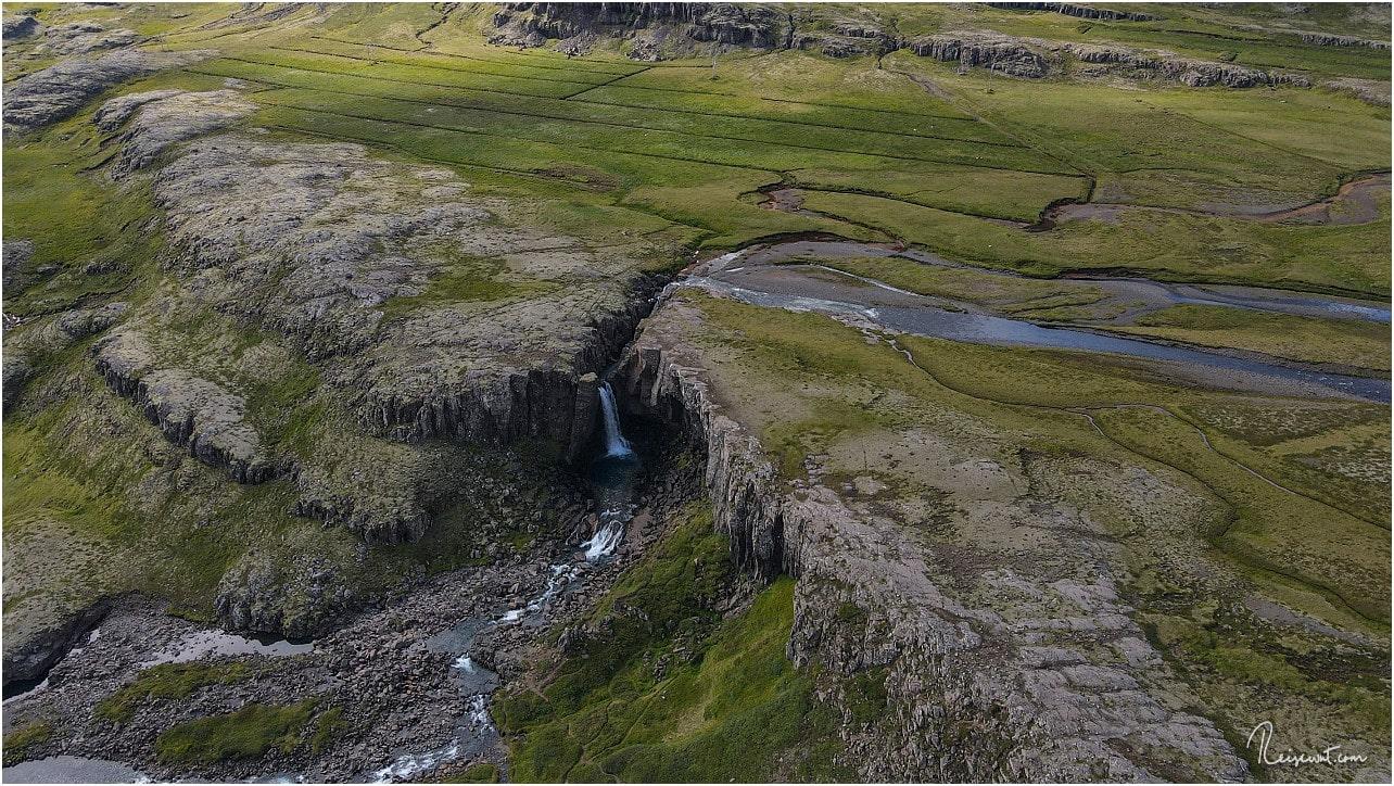 Von oben schaut der Folaldafoss am Öxi-Pass relativ winzig aus