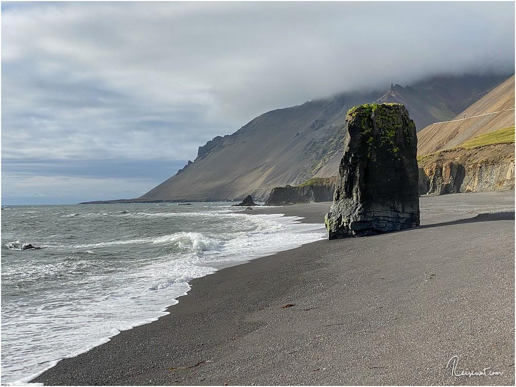 Der einsame Basaltfelsen bei Stapavik