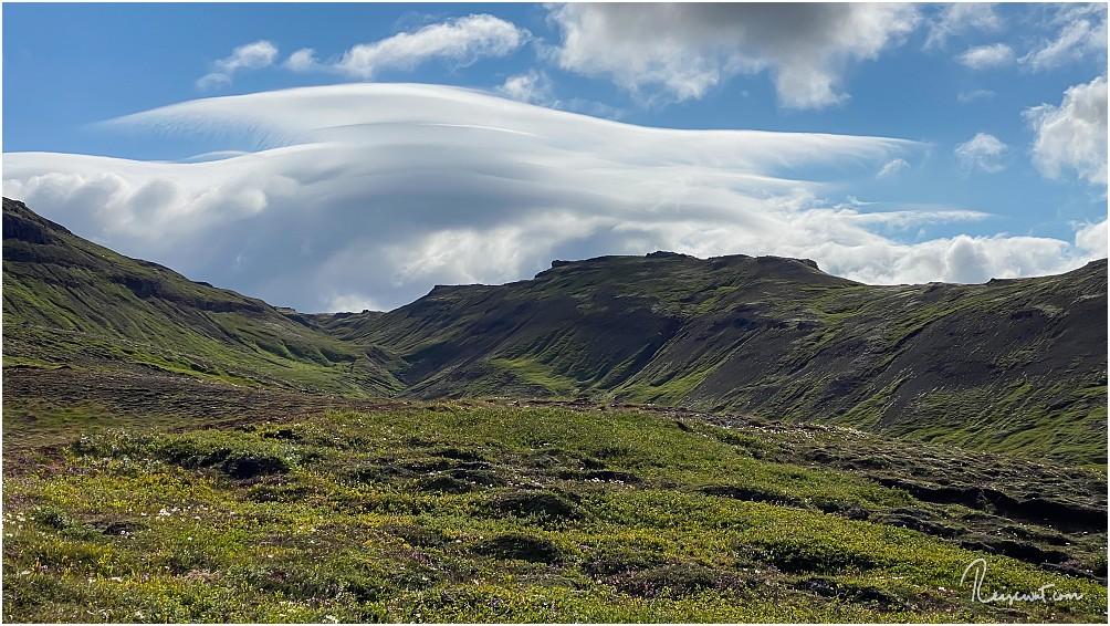 Der Blick vom Parkplatz zur Wanderung nach Stórurð in die Berge