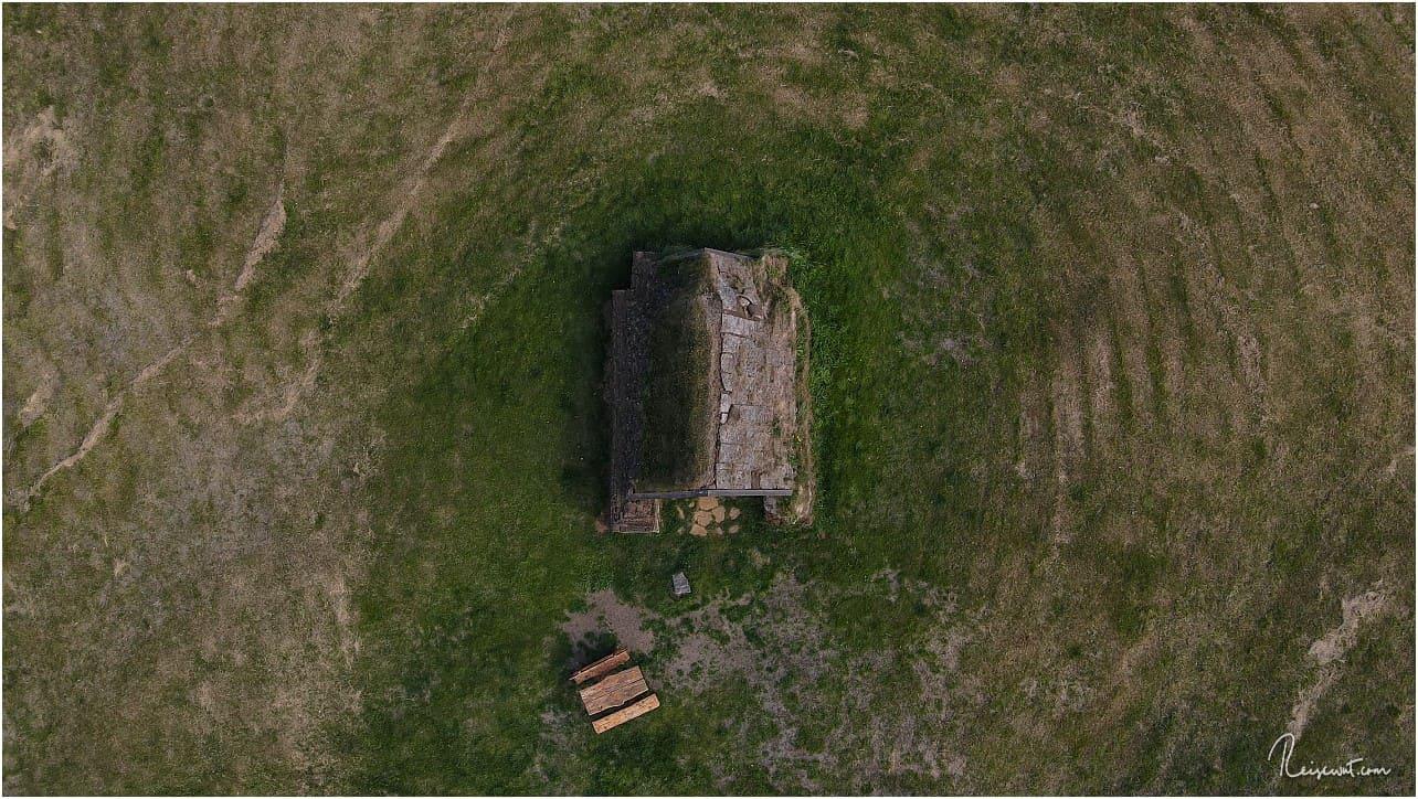 Topdown-Aufnahme der kleinen Torfkirche im Norden Islands