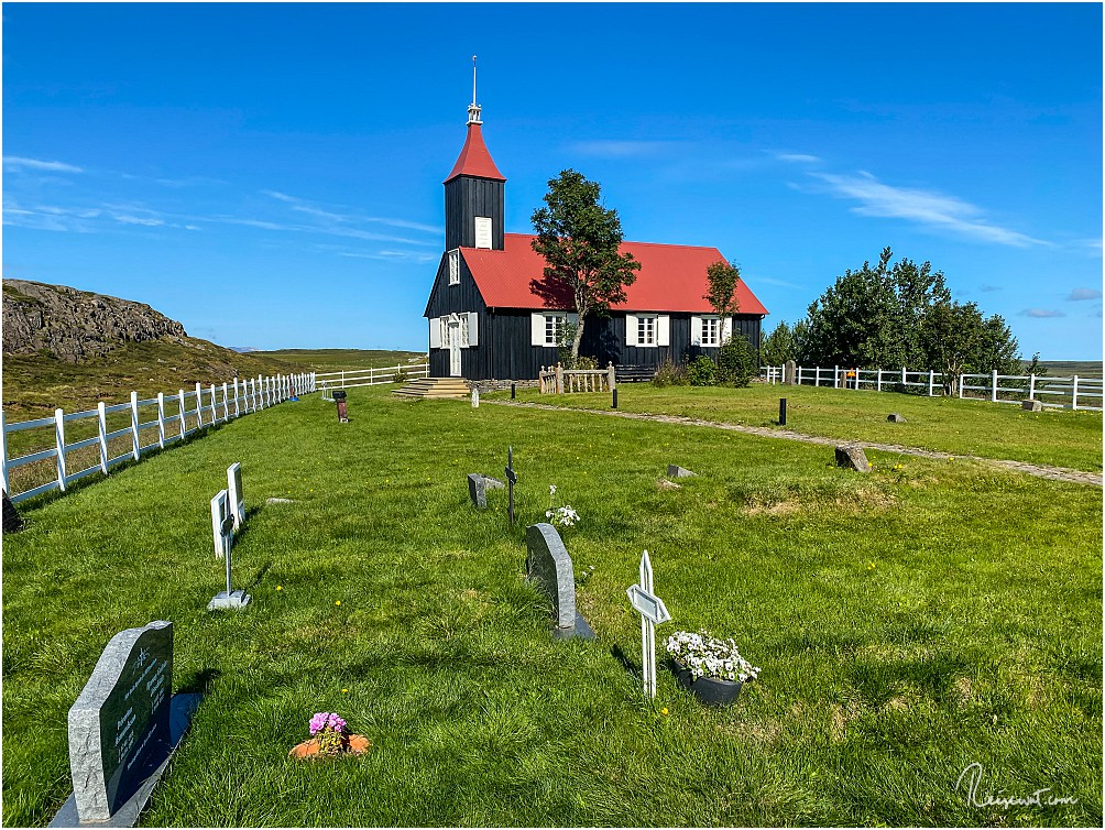 Die Kirkjubæjarkirkja ist eine von nur wenigen schwarzen Holzkirchen auf Island