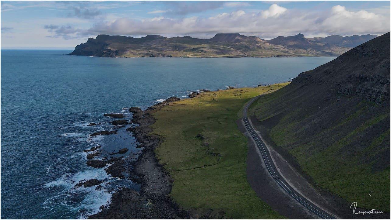 Borgarfjardarhöfn liegt genau dort hinten auf der anderen Seite der Bucht