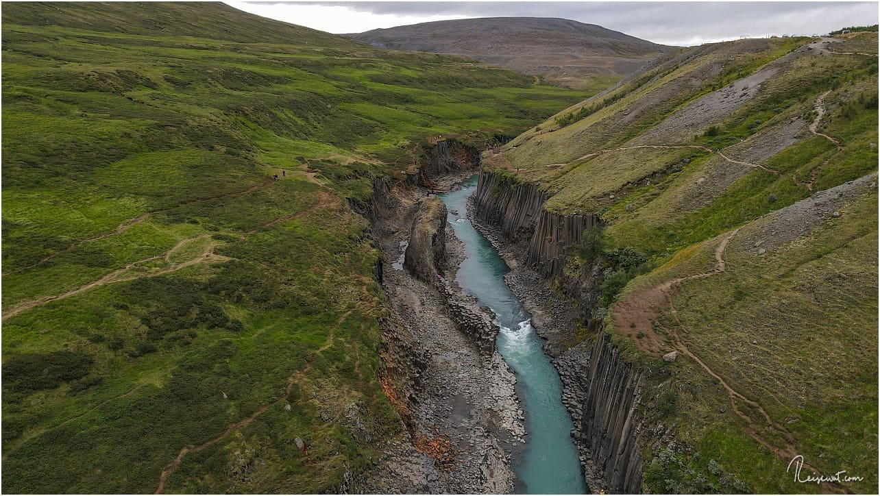 Rechts erkennt man gut die Spuren des wachsenden Tourismus am Stuðlagil Canyon