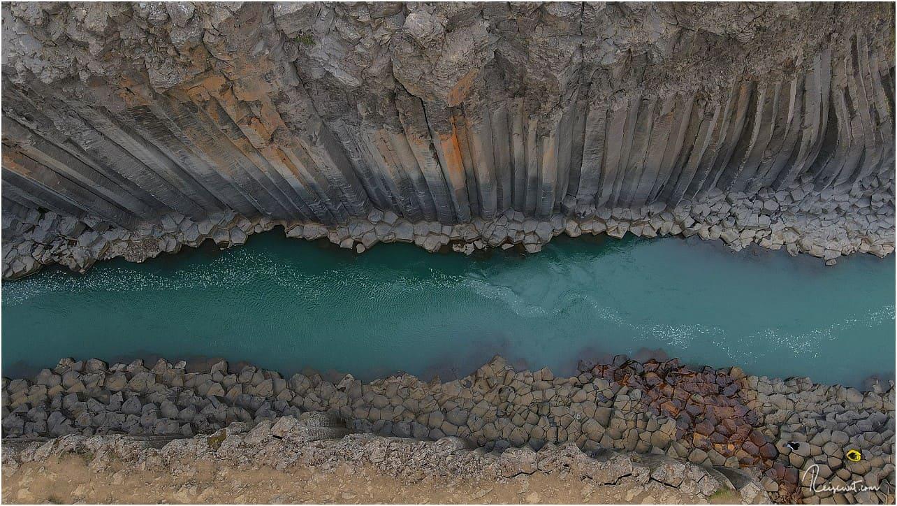 Das Wasser hat übrigens nur im Sommer diese markante Farbe