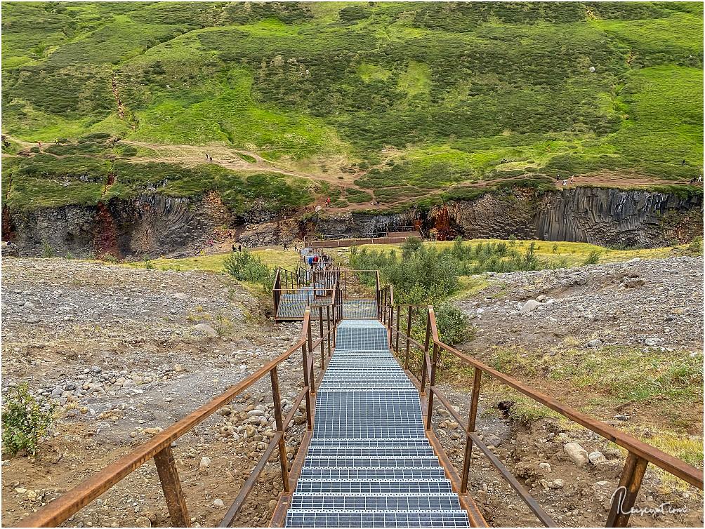 Die neue Treppe auf der anderen Seite. Hier kommt man auch ohne 5 Kilometer lange Wanderung runter zum Stuðlagil Canyon