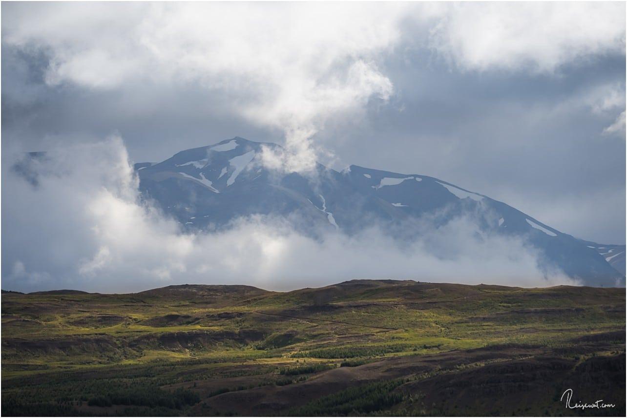 Wolkenspiel in den Bergen auf der gegenüberliegenden Seite