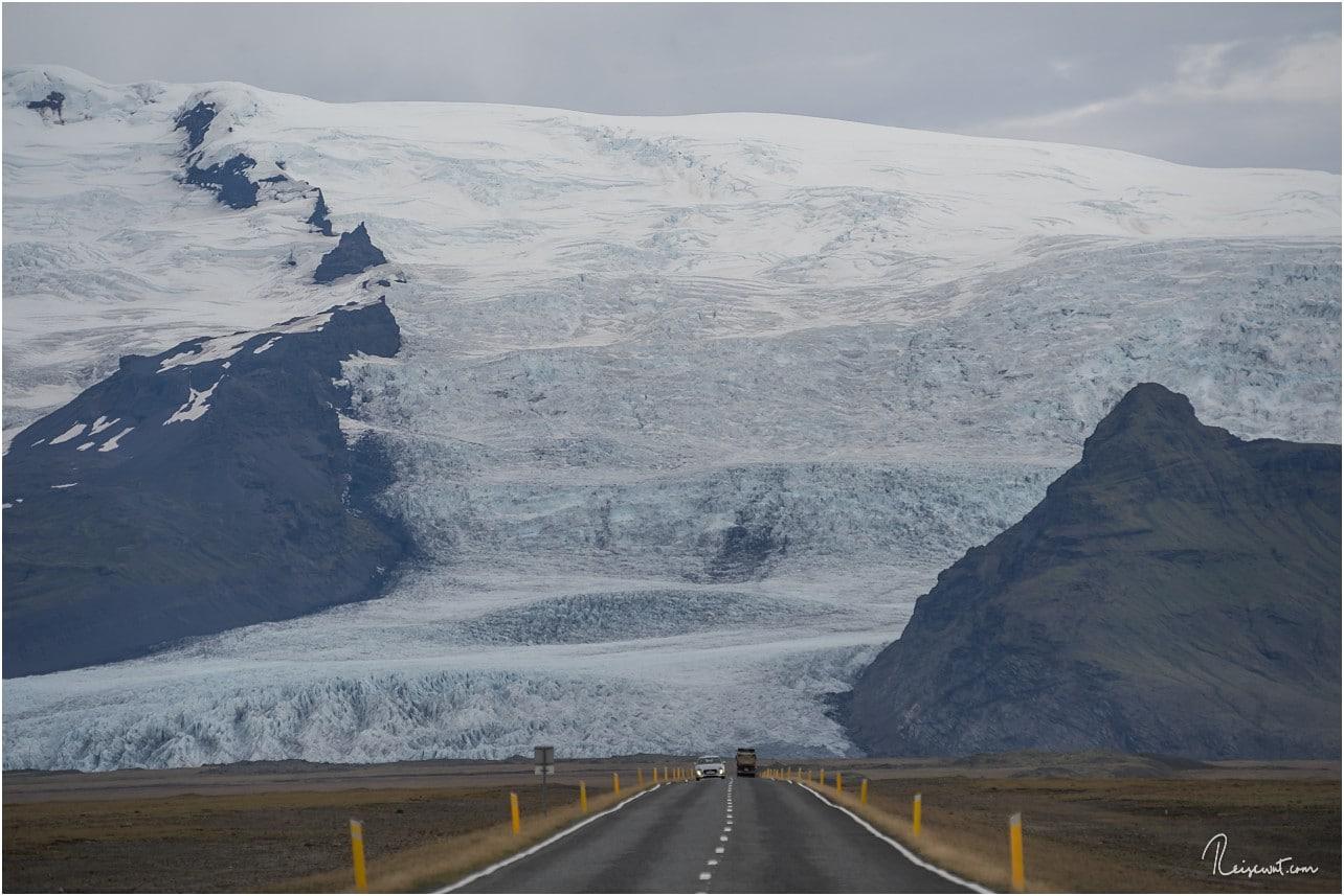 Gewaltig wälzt sich die kleine Gletscherzunge des riesigen Vatnajökulls in Richtung Fjällsarlon