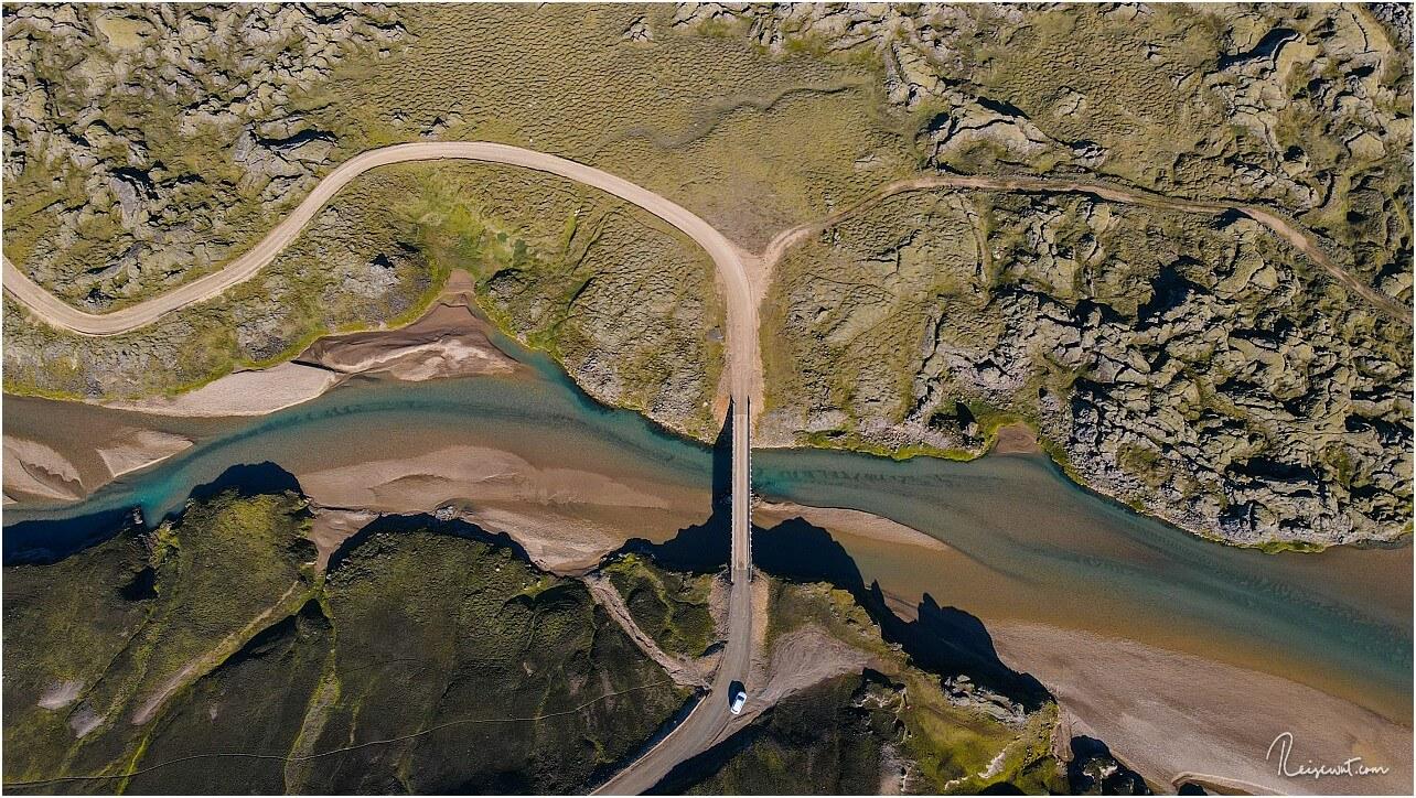 Topdown-Aufnahme runter zur Brücke, die man oben auf dem Foto erkennen kann
