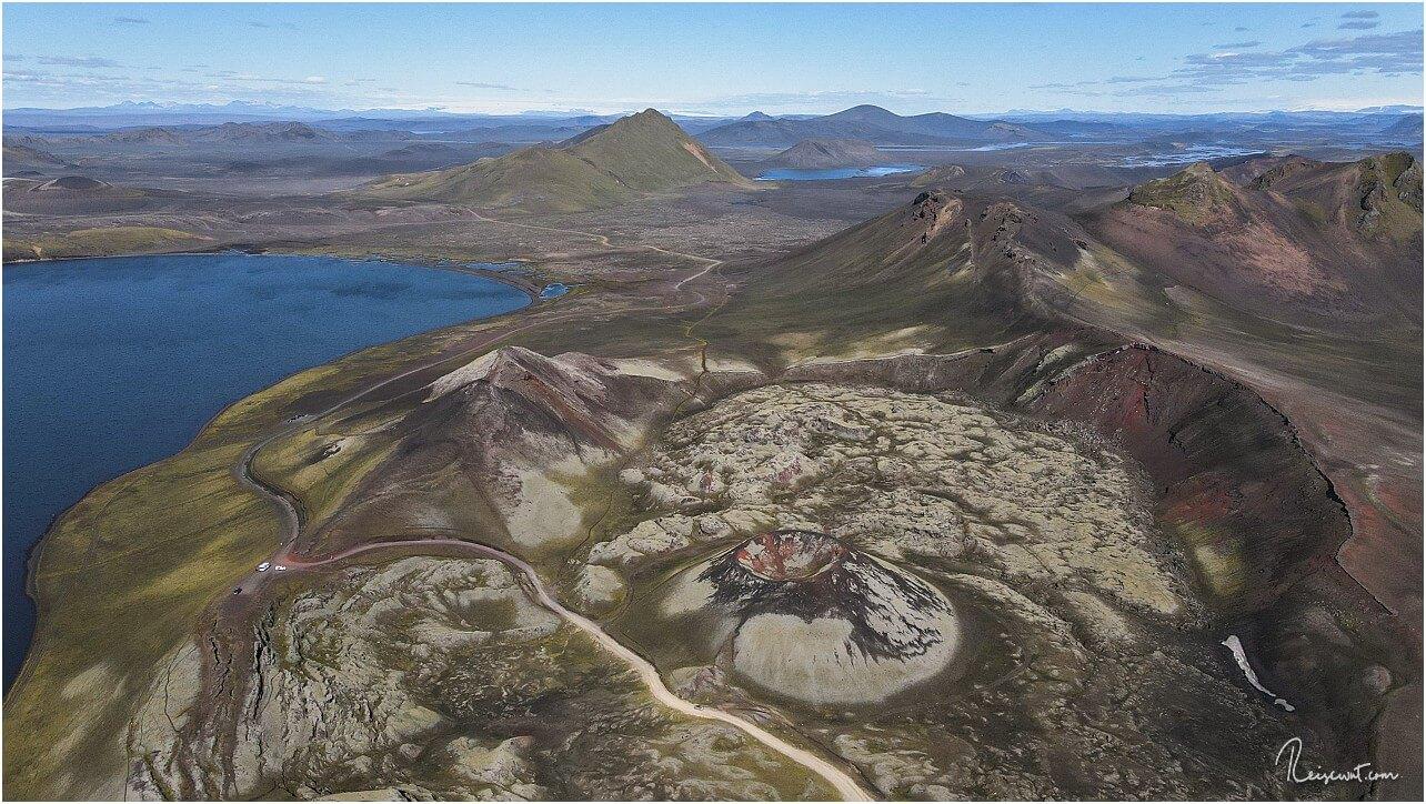 Den Krater Stútur nimmt man von unten kaum wahr, wenn man mit dem Auto daran vorbeifährt