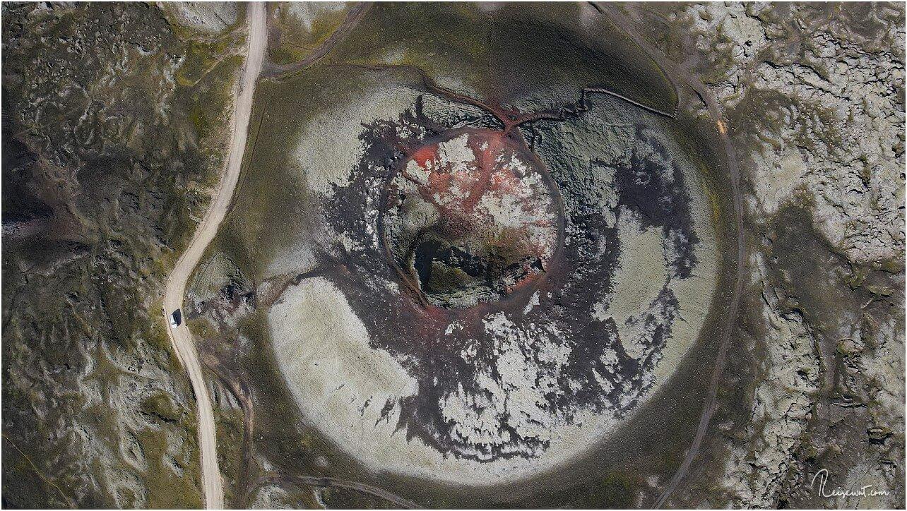 Topdown-Aufnahme vom Stútur, man kann gut den Trail nach oben erkennen