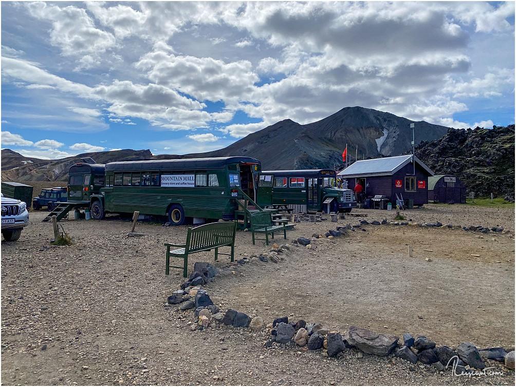 Die Mountain Mall besteht aus 3 aneinander gestellten, alten Bussen