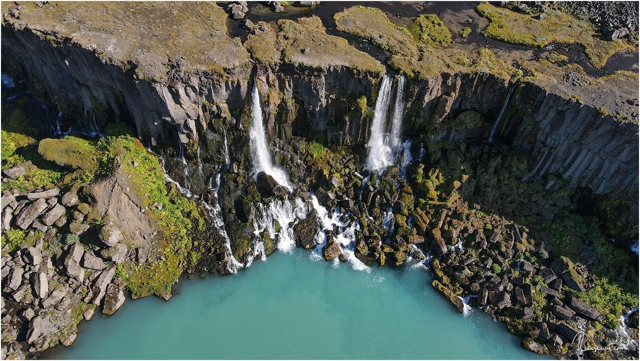 Die typische Farbe des Wassers im Sigöldugljùfur Canyons verleitet irgendwie direkt hineinzuspringen
