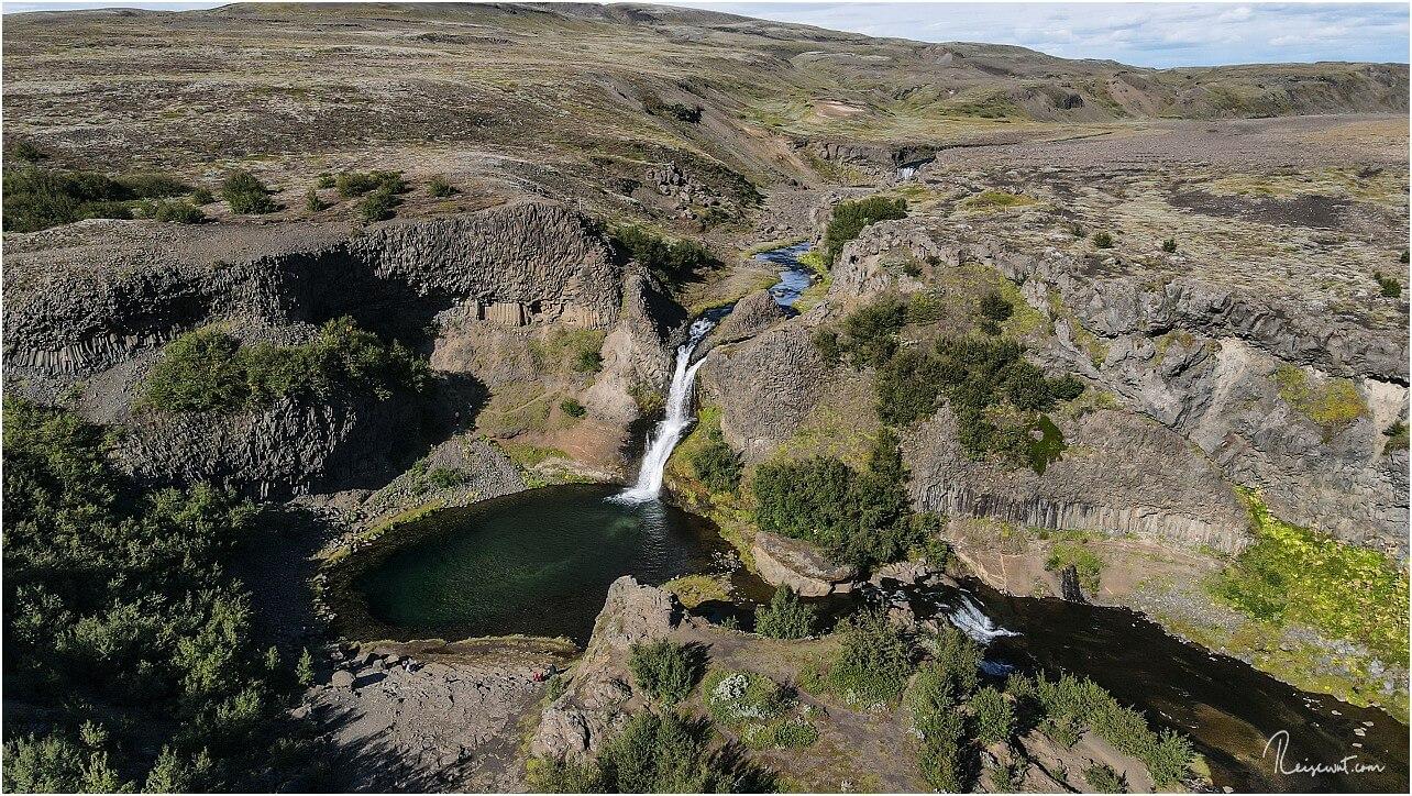 Einer der größeren Wasserfälle hier im Tal