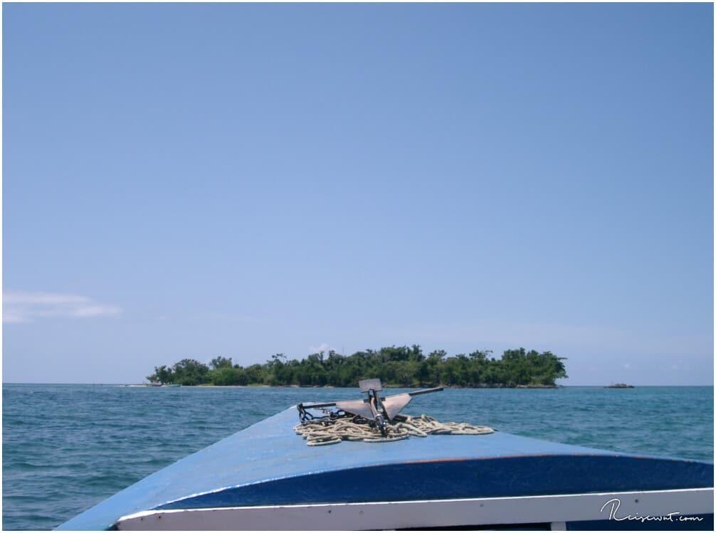 Wir steuern auf eine kleine Insel zu