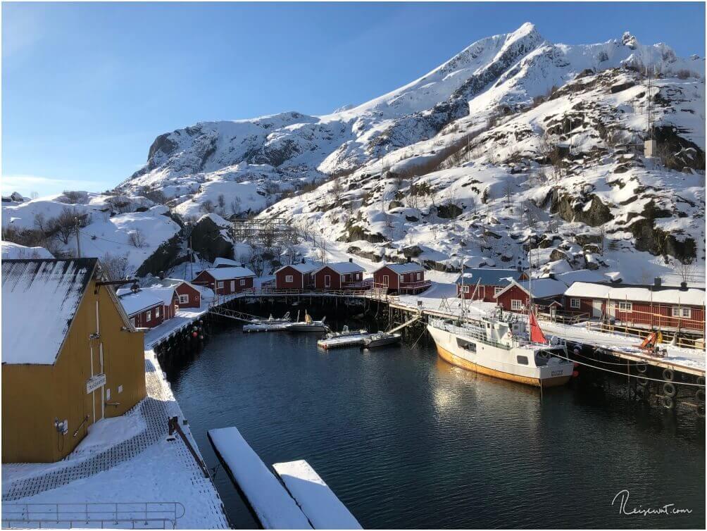 Der kleine Hafen vom Nusfjord ist recht überschaubar und liegt eingebettet inmitten von Bergen
