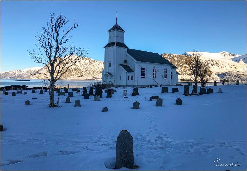 Sturmanker sichern die Gimsøy Kirke, damit sie den Naturgewalten trotzen kann