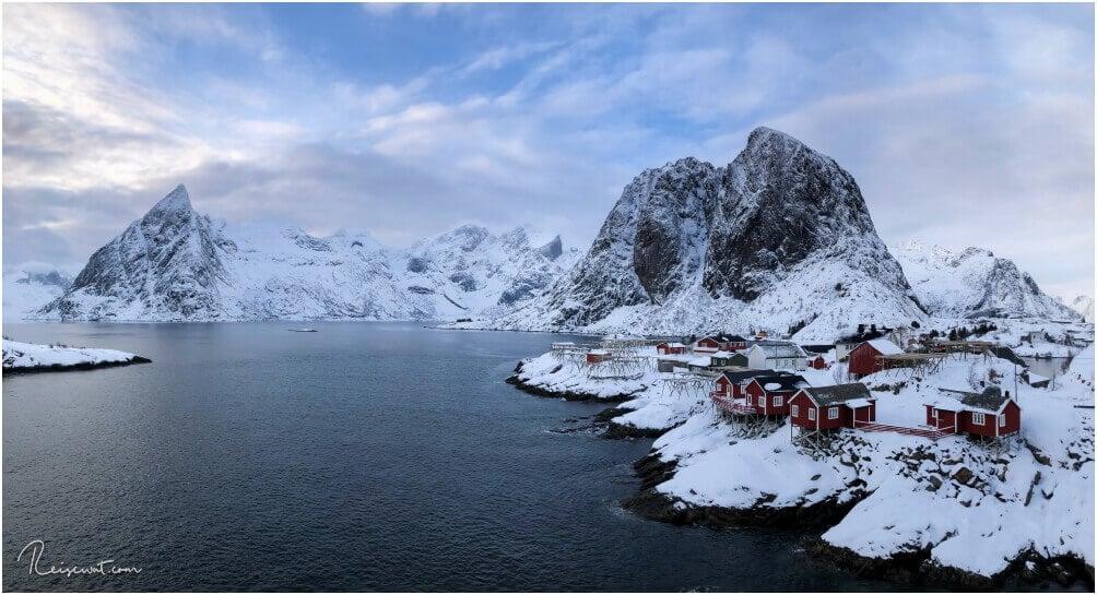 Das Postkartenmotiv schlechthin auf den Lofoten, die roten Rorbuers in Hamnøy vom Resort Eliassen