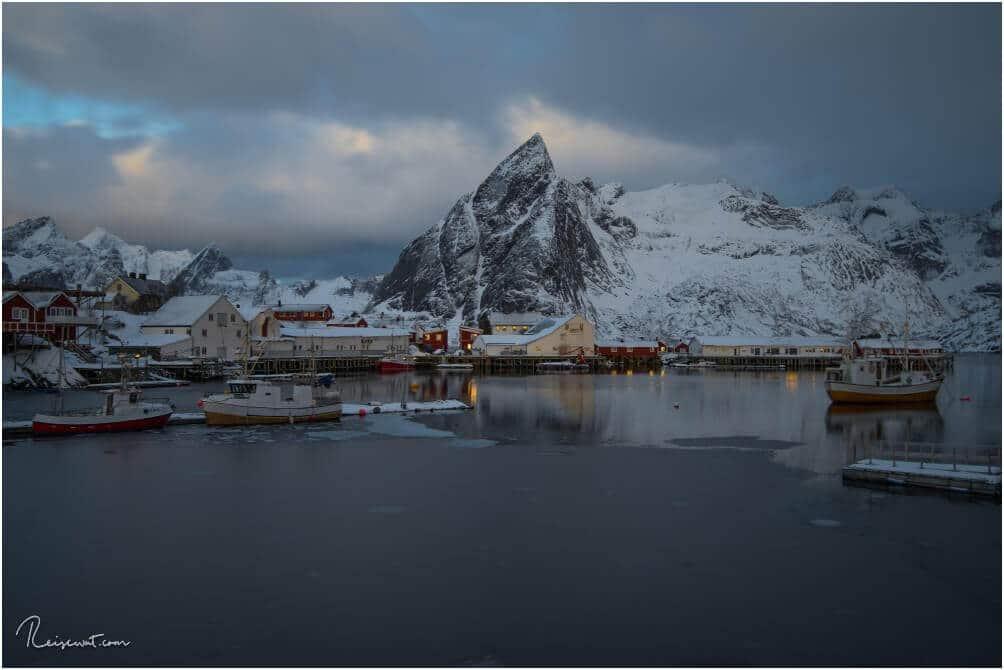 Der Hafen von Hamnøy kurz vor Dämmerung