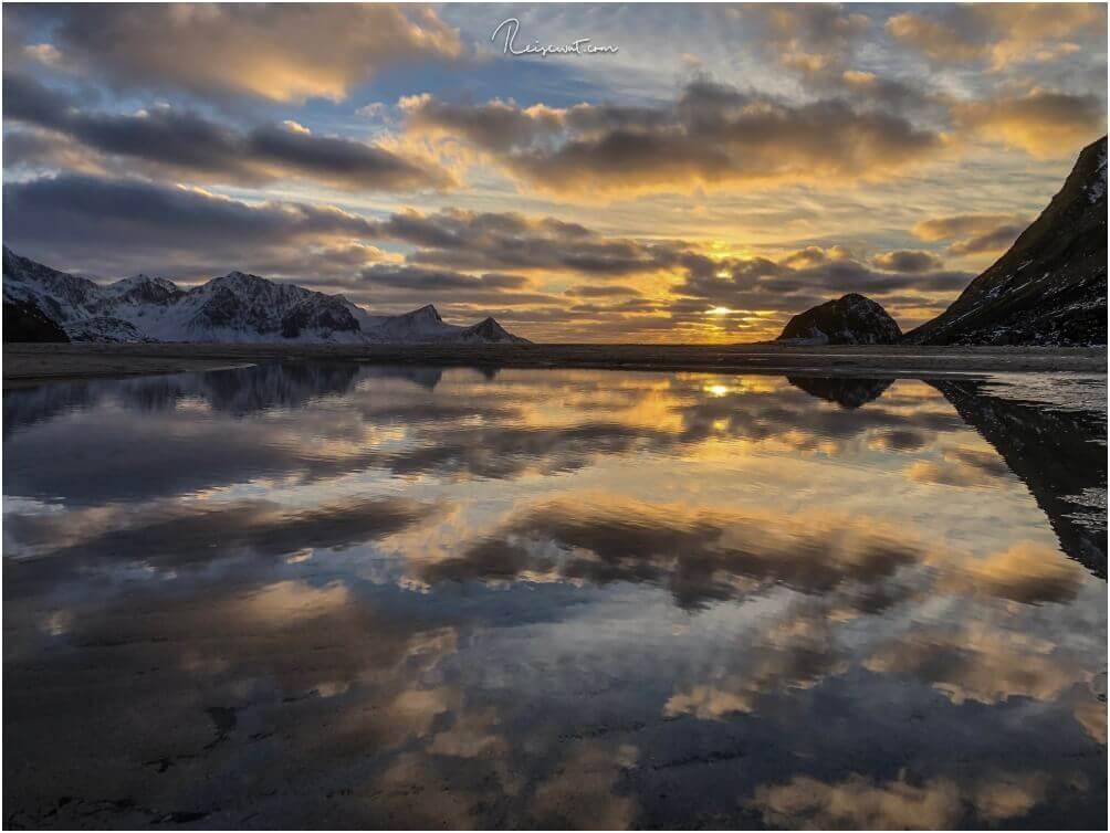 Ein Sonnenuntergang, wie man ihn wohl auch nur am auf den Lofoten am Haukland Beach erleben kann
