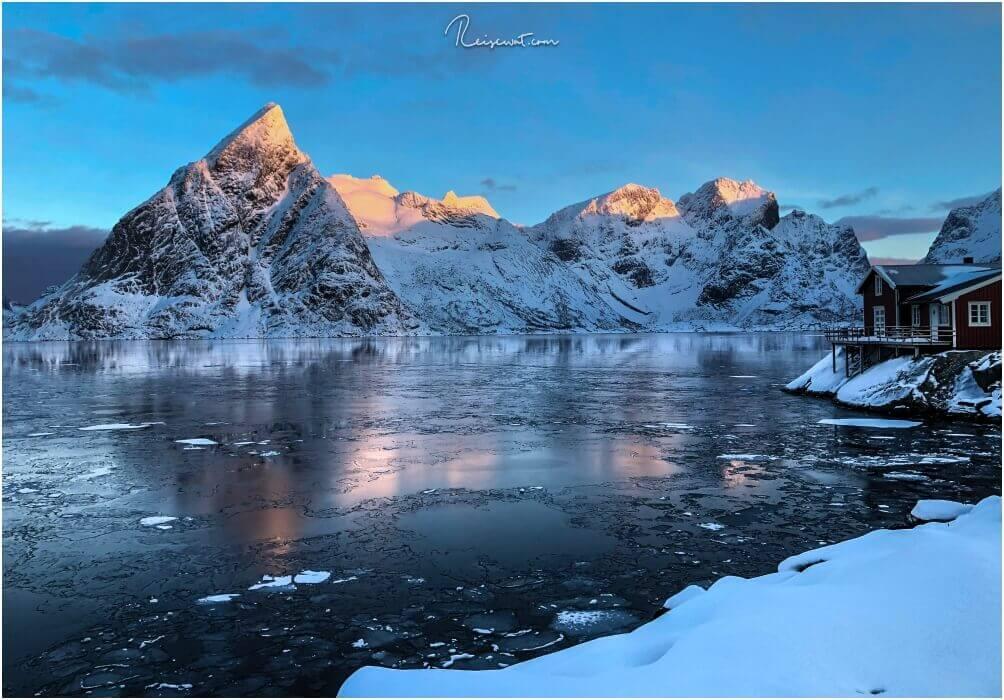 Der Sonnenaufgang ist mit die schönste Zeit in Sakrisøy. Dann fangen die Gipfel der Berge für kurze Zeit an zu leuchten