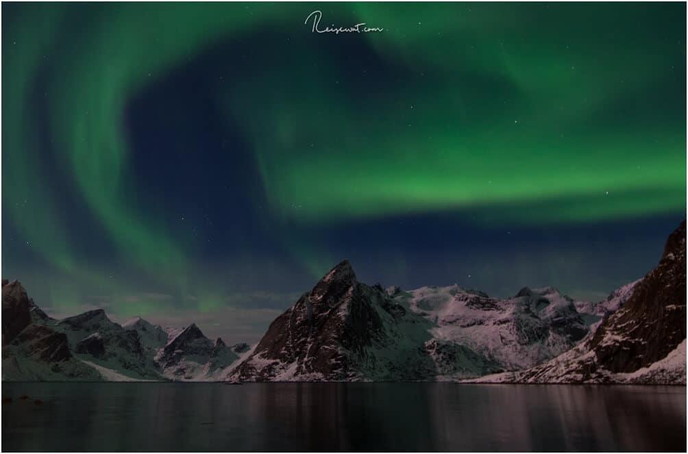 Mehr geht nicht mehr, wenn man in Hamnøy übernachtet. Polarlichter über dem Mount Olstinden