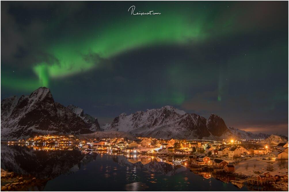 Auch Nachts ist Reine ein tolles Fotomotiv, wenn man die Ortschaft als Vordergrund nutzt für Polarlichter-Aufnahmen