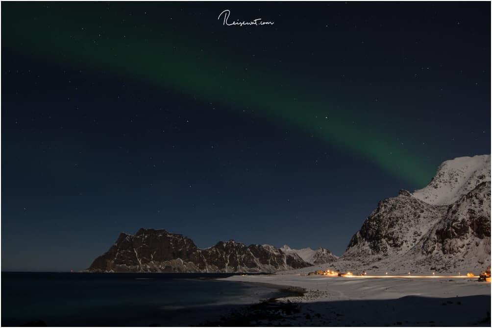 Der Strand bei Uttakleiv ist nachts Anlaufpunkt für viele Polarlicht - Jäger