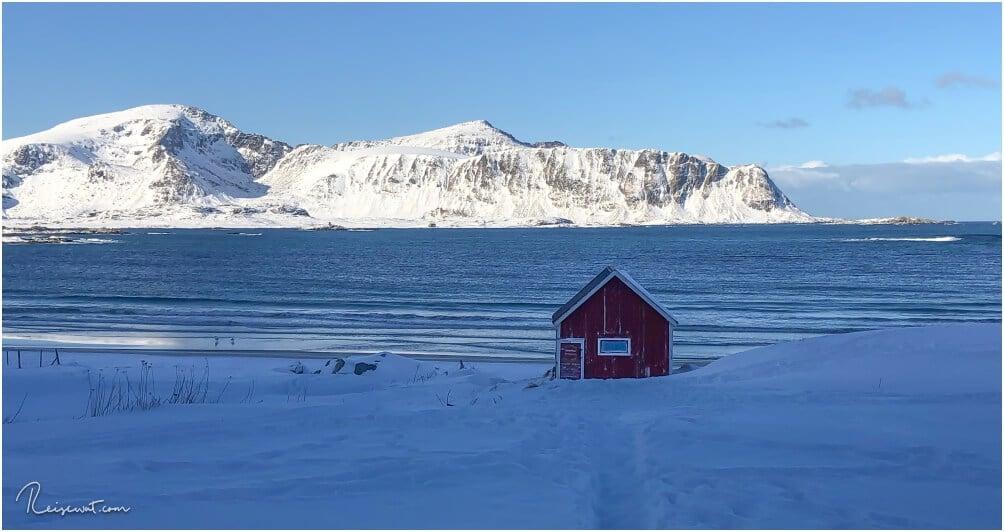 Die einsame, kleine rote Hütte am Rambergstranda ist eine beliebte Anlaufstelle bei Foto Workshops