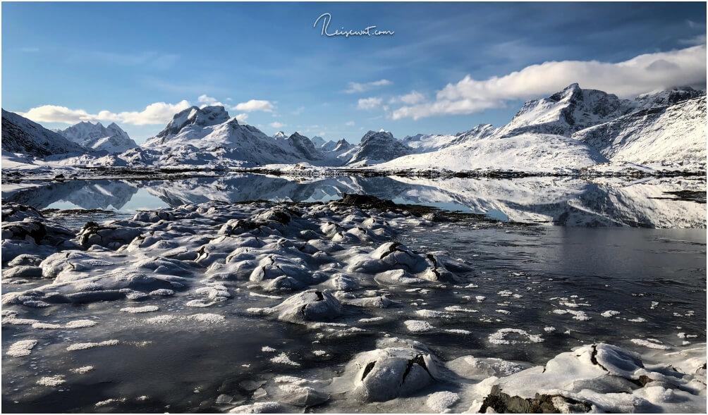 """Einige der auf den Lofoten häufig anzutreffenden """"Cracked Eggs"""". Das Eis auf den Steinen bricht hier auf, wenn die Temperaturen wärmer werden tagsüber."""