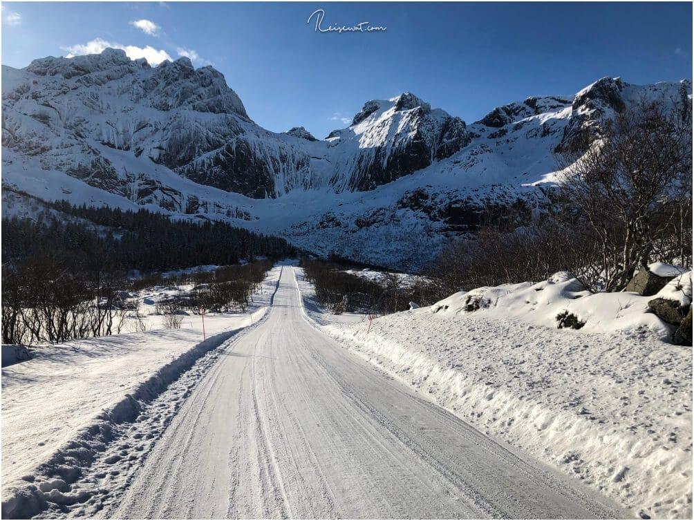 Bereits die Anfahrt in Richtung Nusfjord, wie hier auf das gewaltige Bergmassiv, ist traumhaft schön