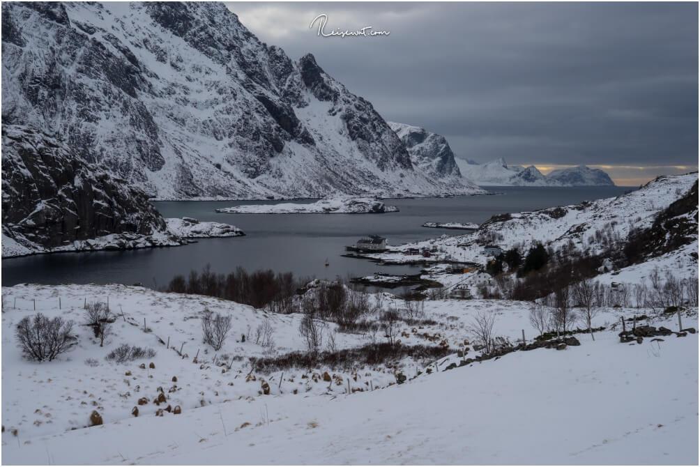 Kurz vorm Tunnel nach Unstad erhält man diese fantastische Aussicht in den Fjord