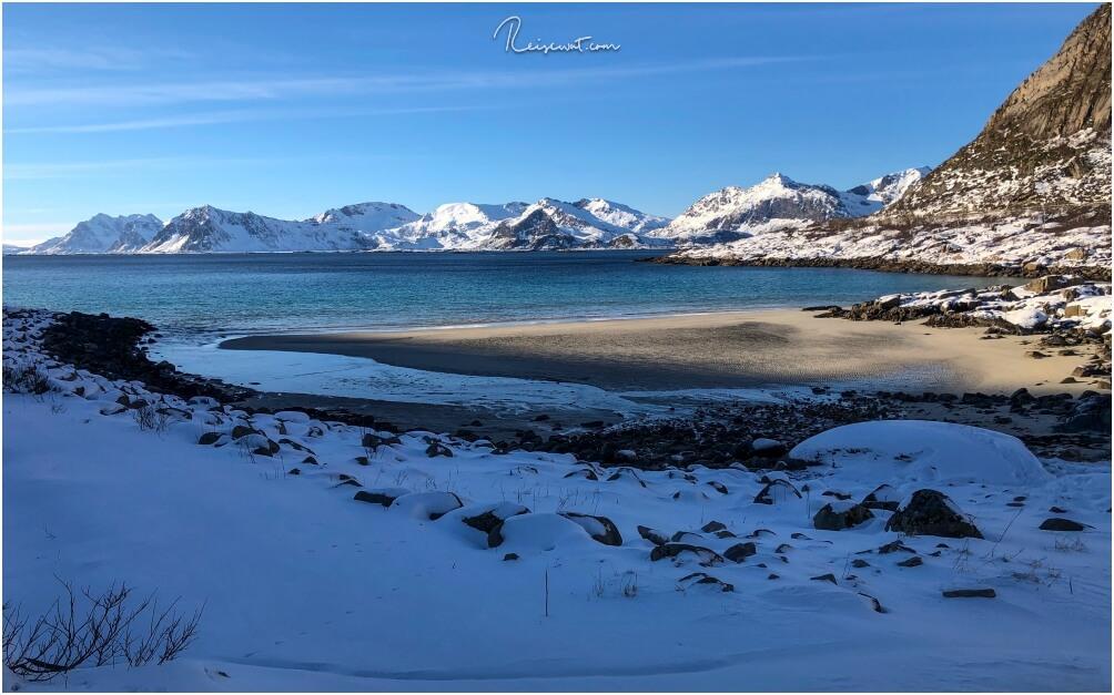 Für mich fast der perfekte Eindruck wie man sich die Lofoten im Winter vorstellt. Verschneite, schroffe Berge, eine Strand und Wasser, wie man es auch in der Karibik finden könnte