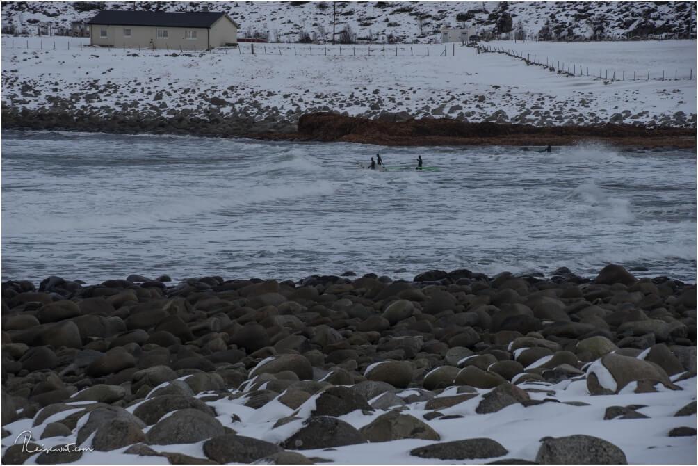 Einige hartgesottene Surfer trotzen den Temperaturen