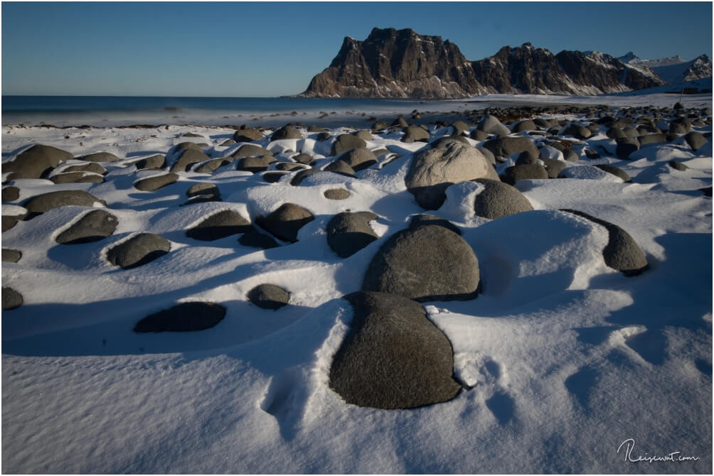Jede Menge glatt geschliffene Felsen säumen den Uttakleiv Beach