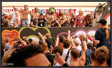 Loveparade 2007 - Man beachte rechts in dem roten Kleid: Lilo Wanders *rofl*