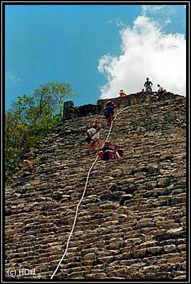 Ein Seil dient als Aufstiegshilfe nach oben auf die Pyramide