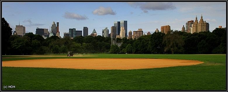 Baseball Field mit Blick auf die Skyline