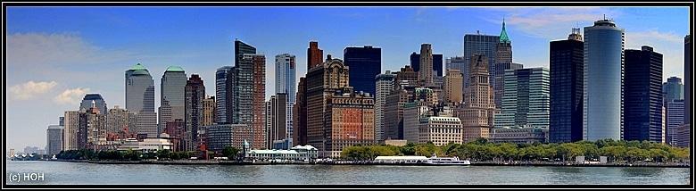 Die Skyline von Manhattan von der Fähre aus gesehen